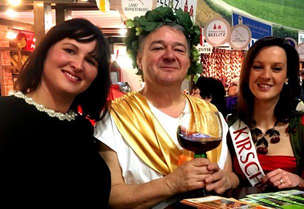 Hoheiten unter sich: Wein trinkend mit der ehemaligen Kirschkönigin Sandra Große und der aktuellen Kirschkönigin Maria Kneiphoff auf der Grünen Woche 2016.