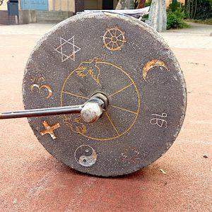 Die Symbole von acht Religionen sind ebenfalls verewigt.