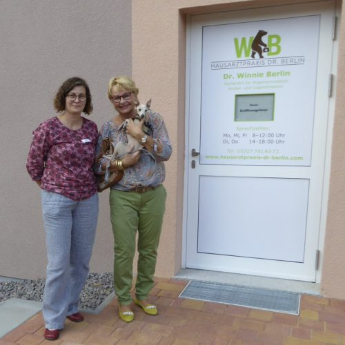 Dr. Winnie Berlin mit der Werderaner Künstlerin Oda Schielicke bei der Eröffnungsfeier.